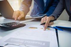 Commerciële teamvergadering die het project raadplegen Professionele investeerder het werk project planning royalty-vrije stock afbeeldingen
