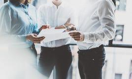 Commerciële teamvergadering, het werkproces Foto professionele bemanning die met nieuw startproject werken projectleiders dichtbi Stock Afbeeldingen