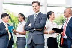 Commerciële teamvergadering met mens die vooraan camera de bekijken Royalty-vrije Stock Foto