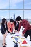 Commerciële teamvergadering op kantoor, verticaal schot Stock Foto