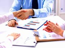 Commerciële vergadering bij de conclusie van lijst schuddende handen van het contract royalty-vrije stock afbeelding