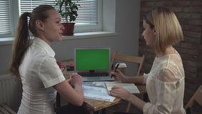 Commerciële vergadering De vrouw die rapport over het document en laptop voorleggen stock video