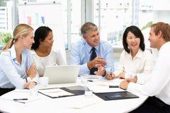 Commerciële vergadering in een bureau Royalty-vrije Stock Afbeeldingen