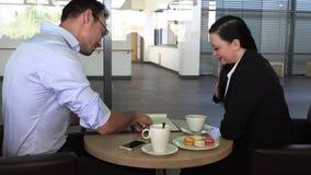 Commerciële vergadering in een koffie om toekomstige plannen te bespreken stock videobeelden