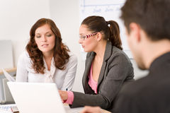 Commerciële vergadering - groep mensen in bureau Royalty-vrije Stock Foto's