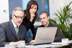 Commerciële vergadering: groep zakenlui op het werk Royalty-vrije Stock Foto