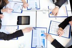 Commerciële vergadering: groep zakenlui op het werk Royalty-vrije Stock Afbeeldingen