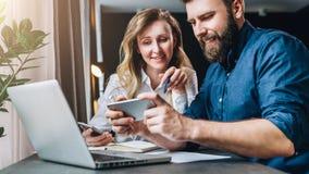 Commerciële vergadering groepswerk Glimlachende onderneemster en zakenmanzitting bij lijst voor laptop Het afstandswerk royalty-vrije stock fotografie