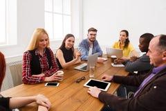 Commerciële vergadering Jong team in modern bureau royalty-vrije stock afbeeldingen