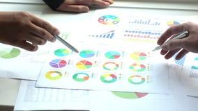 Commerciële vergadering met grafiek in bureau stock videobeelden
