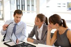 Commerciële vergadering met tablet Royalty-vrije Stock Fotografie