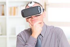 Commerciële vergadering met virtuele werkelijkheidshoofdtelefoon royalty-vrije stock afbeelding