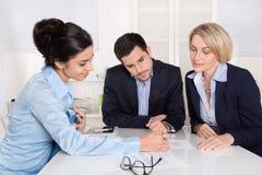 Commerciële vergadering op kantoor met drie bedrijfsmensen. Royalty-vrije Stock Fotografie