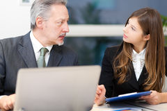 Commerciële vergadering: paar van zakenlui het bespreken Stock Fotografie