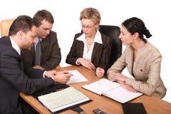 Commerciële vergadering van 4 geïsoleerde personen - Stock Foto's