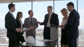 Commerciële vergadering van architecten en investeerders stock footage
