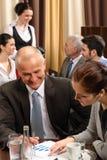 Commerciële vergaderings uitvoerende mensen bij restaurant stock afbeelding