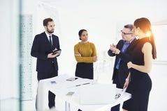 Commerciële vergaderingsschets met cliënten en ingenieurs tijdens vergaderingslijst stock foto