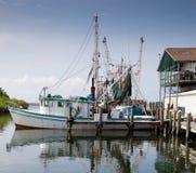 Commerciële vissersboot in jachthaven Stock Foto's