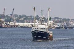 Commerciële vissersboot Keltische rubriek aan overzees Stock Foto