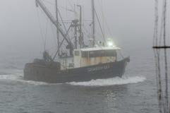 Commerciële vissersboot Silverfox in dikke mist Stock Fotografie