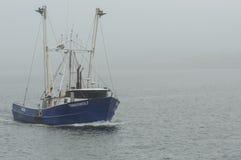 Commerciële vissersboot Timberwolf op mistige dag Royalty-vrije Stock Foto