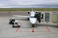 Commerciële vlucht die voorbereidingen treffen in te schepen royalty-vrije stock afbeeldingen