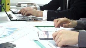 Commerciële volkeren die in het bureau met laptop werken stock footage