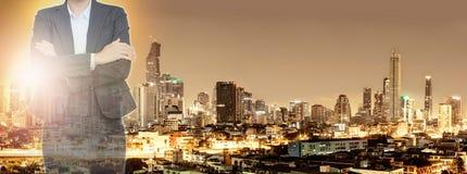 Commerciële vrouw en stad bij nachtachtergrond stock afbeelding