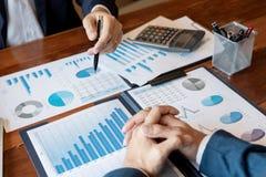 Commerci?le Collectieve teambrainstorming, Planningsstrategie die een investering hebben die van de besprekingsanalyse met grafie stock fotografie
