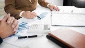 Commerci?le Collectieve teambrainstorming, Planningsstrategie die een investering hebben die van de besprekingsanalyse met grafie royalty-vrije stock fotografie