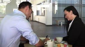 Commerci?le vergadering in een koffie om toekomstige plannen te bespreken stock videobeelden
