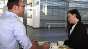 Commerci?le vergadering in een koffie om toekomstige plannen te bespreken stock video