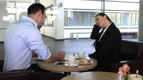 Commerci?le vergadering in een koffie om toekomstige plannen te bespreken stock footage