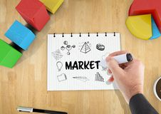 Commercializzi il grafico su un taccuino su uno scrittorio Fotografia Stock
