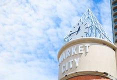 Commercializzi la torre di orologio della città alla città della Cina nella fine su Fotografia Stock