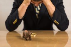 Commerciante che si siede davanti allo scrittorio di legno fotografia stock libera da diritti