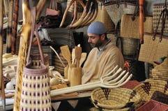 Commerciante del mercato della rafia e di legno Fotografie Stock Libere da Diritti