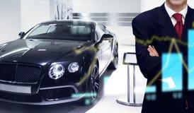 Commerciante di automobile nel deposito della sala d'esposizione Immagine Stock Libera da Diritti