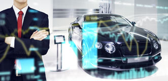 Commerciante di automobile nel deposito della sala d'esposizione Fotografia Stock Libera da Diritti