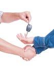 Commerciante di automobile o del meccanico che passa chiave al cliente con la stretta di mano Fotografia Stock