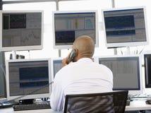 Commerciante di riserva sul telefono Immagine Stock