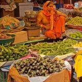 Commerciante ed articoli indiani del mercato immagini stock
