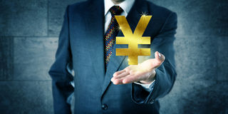 Commerciante finanziario Offering Yuan Or Yen dorato immagine stock libera da diritti