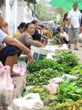Commerciante nel mercato quotidiano Fotografie Stock