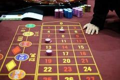 Commerciante in un gioco classico delle roulette del casinò Fotografie Stock Libere da Diritti