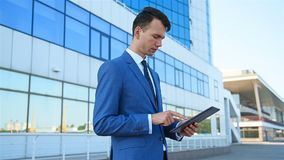 Commerciante Using Digital Tablet stock footage