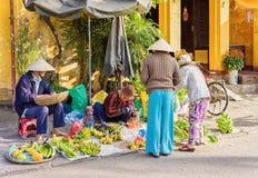 Commercianti asiatici che vendono i caschi di banane Immagine Stock Libera da Diritti