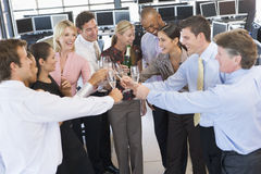 Commercianti di riserva che celebrano nell'ufficio Immagini Stock
