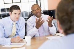 Commercianti di riserva che conducono intervista Immagini Stock